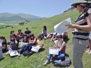 eçon de géographie aux champs, pour les élèves d'une école de village à Gargar (Arménie) 2012. Le sujet portait sur une lecture simple du paysage © F. A-C.